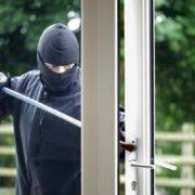 Zloděj překonává nezabezpečené plastové okno