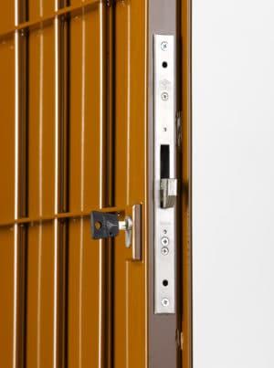Mřížové dveře do sklepní kóje