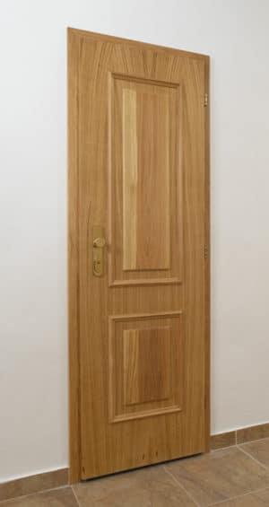 Historické kazetované dveře s obloženou zárubní